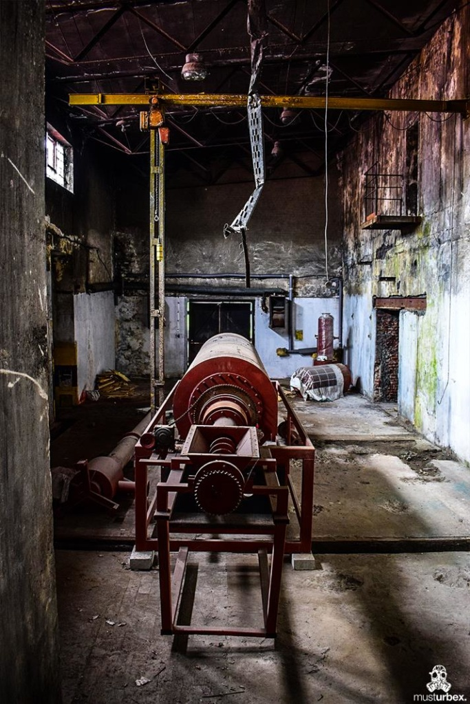 URBEX Królewska Fabryka Papieru walcarka produkcja papieru MustUrbex Papiernia Konstancin Jeziorna hala fabryka walec