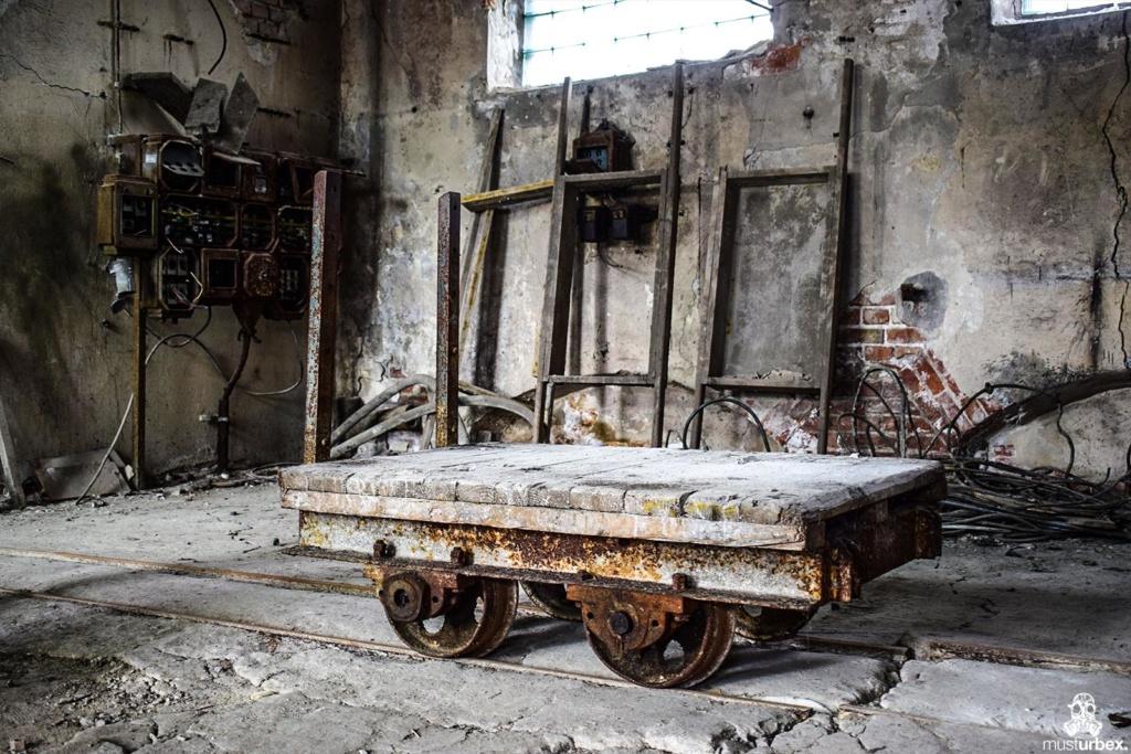 URBEX Królewska Fabryka Papieru MustUrbex Papiernia Konstancin Jeziorna wózeczki wąskotorowe tory