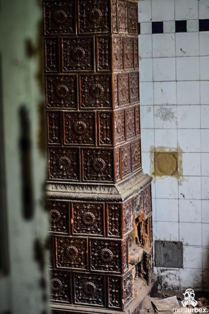 Neogotycki Pałacyk piec kaflowy ogrzewanie urbex Neogotycka willa w Piekarach, kafle, Pałacyk Piekary