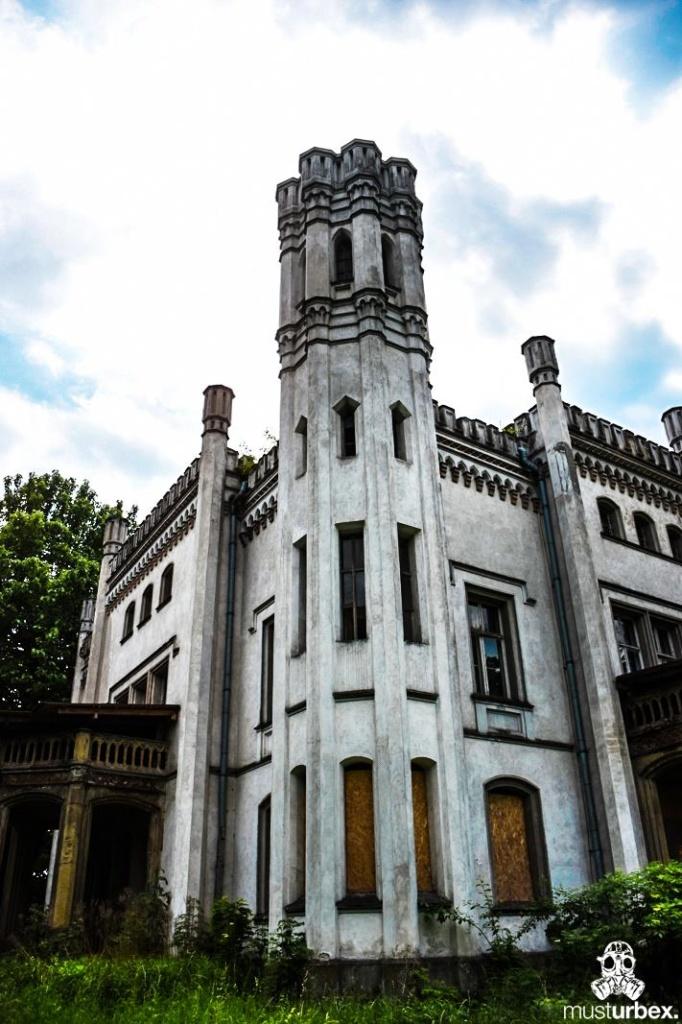 Neogotycki Pałacyk Neogotycka willa w Piekarach pod Krakowem, Pałacyk Piekary front