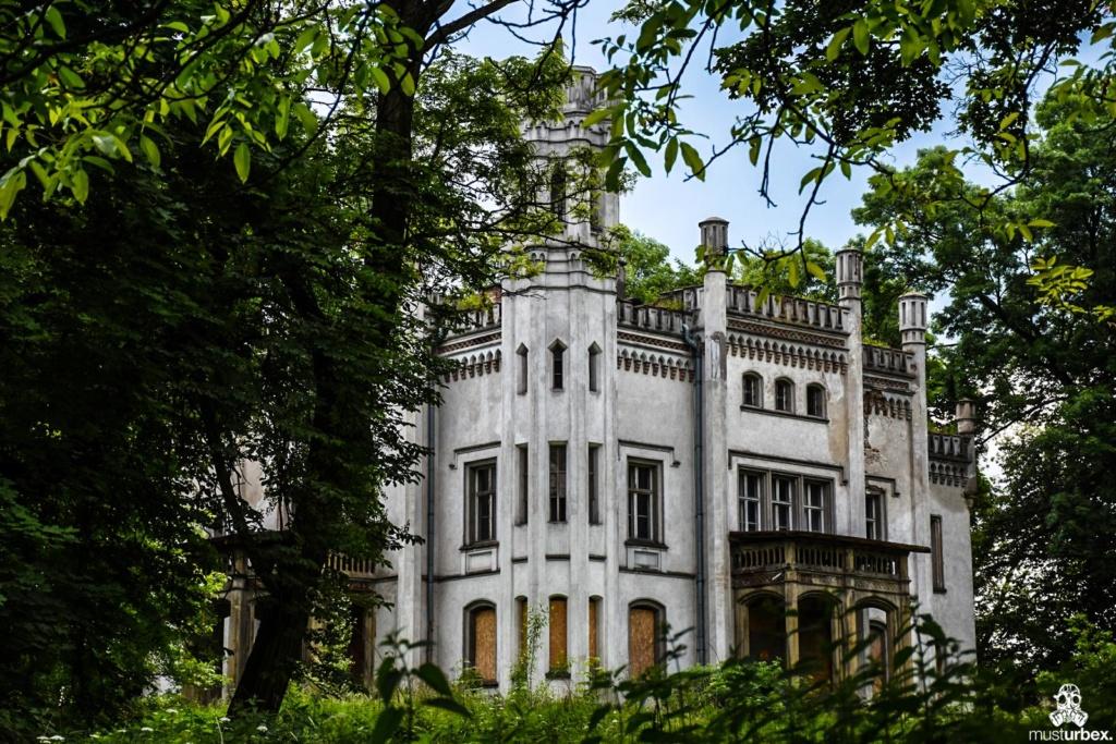 Neogotycki Pałacyk Neogotycka willa w Piekarach pod Krakowem,front elewacja wieża Pałacyk Piekary