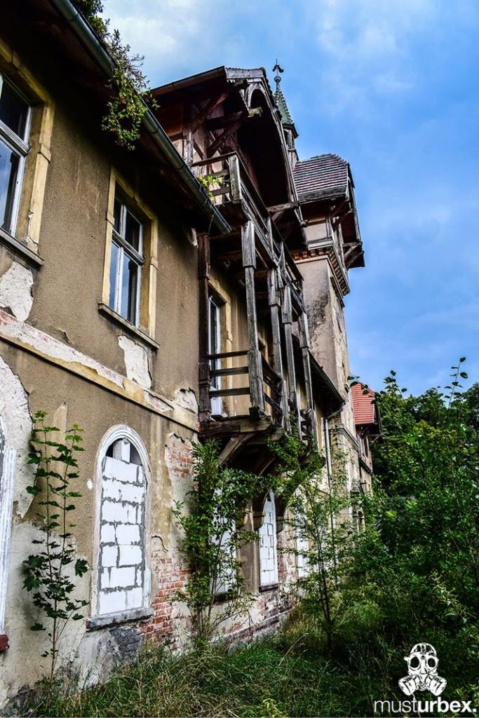 Malowniczy dwór - pałac w Osłej na Dolnym Śląsku, Osła 62, Dolny Śląsk - dwór z drewnianym balkonem