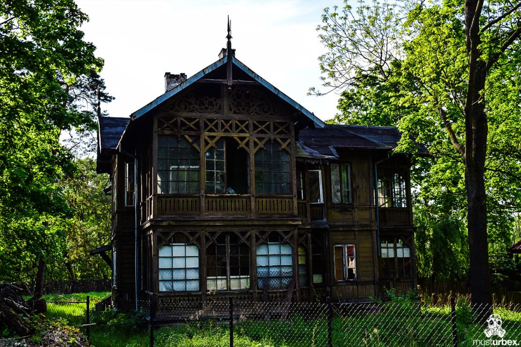 Opuszczony świdermajer Białołęka - Warszawa, ul. Fletniowa 2 urbex drewno, opuszczona drewniana willa musturbex ażur zdobienia