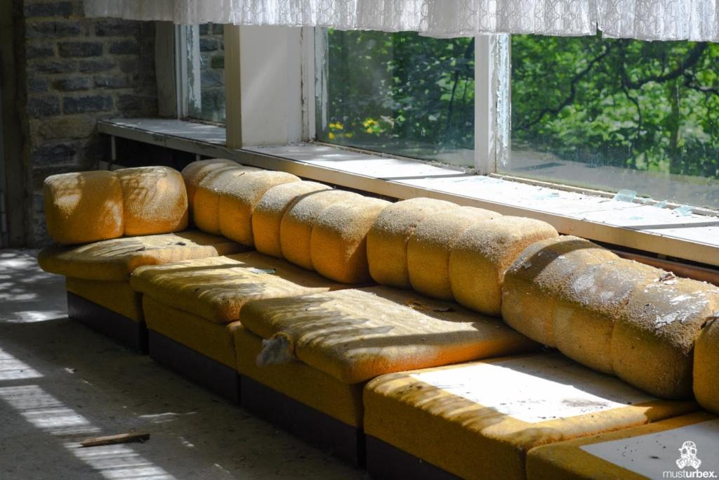 Grand Hotel Atlantis URBEX opuszczony hotel, abandoned hotel, verlassene Hotel, żółta puszysta kanapa pokryta kurzem w korytarzu hotelowym opuŝtêny hotel, musturbex