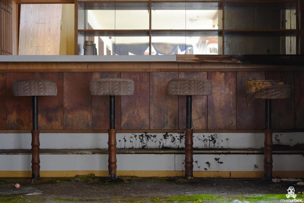 Grand Hotel Atlantis URBEX opuszczony hotel, abandoned hotel, verlassene Hotel, URBEX Biosfera, mech na podłodze przed barem hotelowym, stołki barmańskie opuŝtêny hotel, musturbex