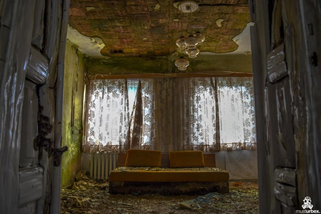 Grand Hotel Atlantis URBEX opuszczony hotel, abandoned hotel, verlassene Hotel, widok na pokój z korytarza opuŝtêny hotel,