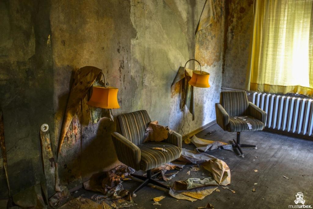 Grand Hotel Atlantis URBEX opuszczony hotel, abandoned hotel, verlassene Hotel, żółty pokój dwa pasiaste fotele dwie żółte lampki nocne żółte tapety i zasłony opuŝtêny hotel, musturbex,