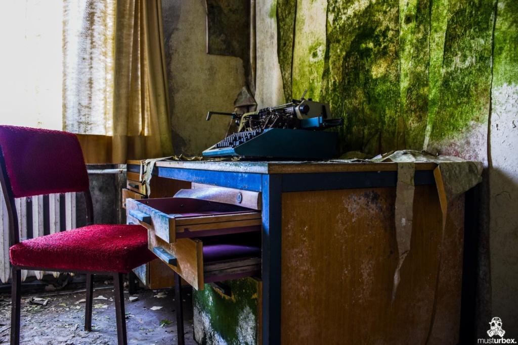 Grand Hotel Atlantis URBEX opuszczony hotel, abandoned hotel, verlassene Hotel, maszyna do pisania na biurku, czerwone krzesło, na zielono porośnięte ściany opuŝtêny hotel, musturbex,
