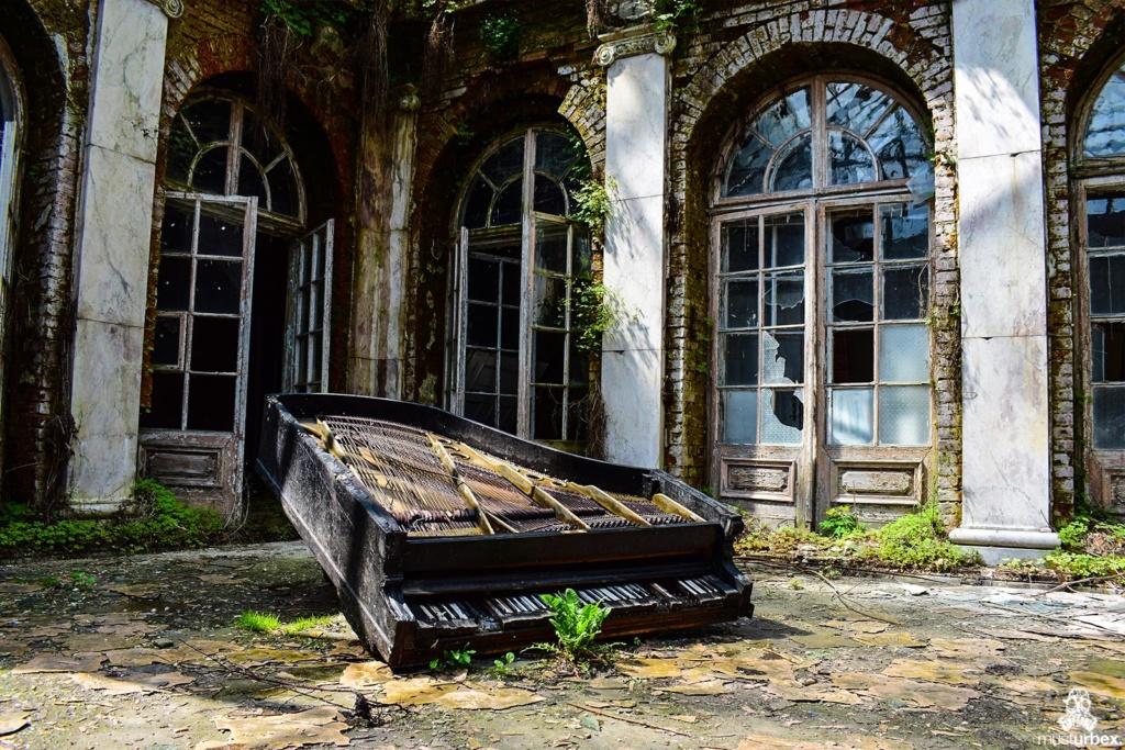 Pałac z fortepianem urbex musturbex fortepian strynu muzyka rezonans dziedziniec atrium patio, , palace with the piano, piano palace, Palast mit Klavier, palacio con el piano, palác s klavírem