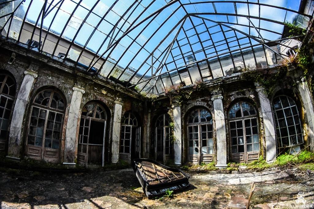 Pałac z fortepianem urbex musturbex atrium dziedziniec patio, palace with the piano, piano palace, Palast mit Klavier, palacio con el piano, palác s klavírem