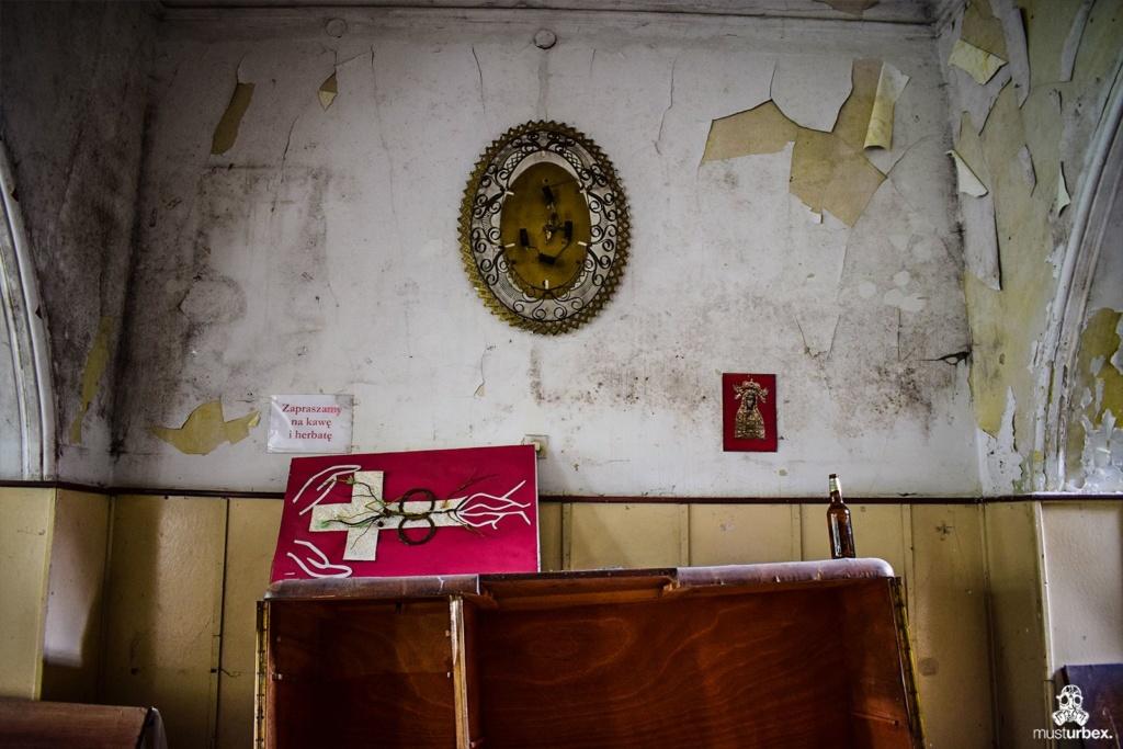 Opuszczony dwór opuszczony ośrodek oazowy urbex musturbex abandoned manor house abandoned mansion opuštěné panské sídlo verlassenes Herrenhaus mansión abandonada decay sakralne obrazki krzyż wnętrza