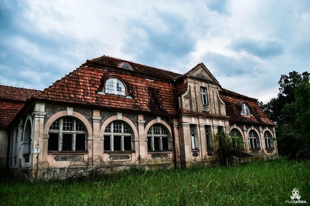 Opuszczony dwór opuszczony ośrodek oazowy urbex musturbex abandoned manor house abandoned mansion opuštěné panské sídlo verlassenes Herrenhaus mansión abandonada decay front willa rezydencja