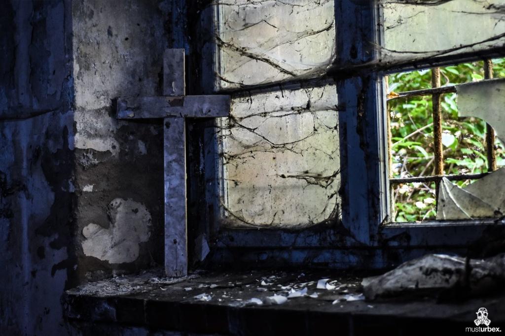 Opuszczony szpital z XIX wieku urbex musturbex abandoned hospital XIX century decay verlassenes Krankenhaus aus dem XIX Jahrhundert opuštěná nemocnice z XIX století hospital abandonado siglo XIX piwnica krzyż pajęczyna okno kraty w oknie
