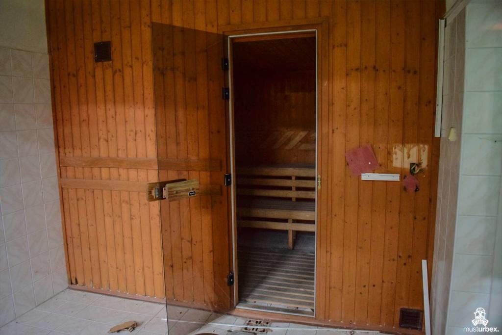 Opuszczony hotel uzdrowiskowy urbex musturbex abandoned spa hotel opuštěný lázeňský hotel verlassene Spa-Hotel hotel spa abandonado opustený kúpeľný hotel sauna łaźnia parowa kąpiel parowa wejście do sauny