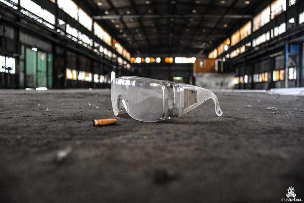 Opuszczona odlewnia urbex industrial musturbex abandoned foundry verlassene Gießerei fundición abandonada opuštěná slévárna decay okulary ochronne pet papieros hala zakład