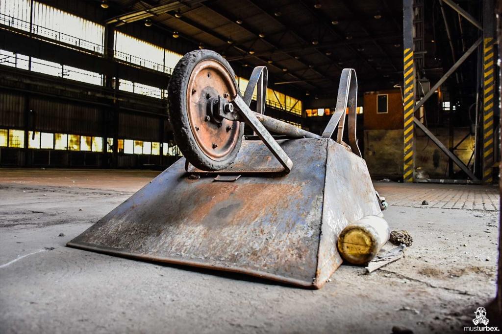 Opuszczona odlewnia urbex industrial musturbex abandoned foundry verlassene Gießerei fundición abandonada opuštěná slévárna decay hala taczki sprzęt okna