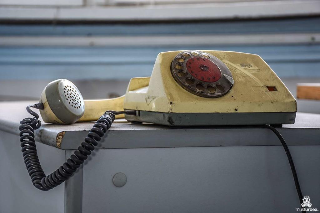Opuszczona odlewnia urbex industrial musturbex abandoned foundry verlassene Gießerei fundición abandonada opuštěná slévárna decay telefon tarcza numerowa aparat telefoniczny