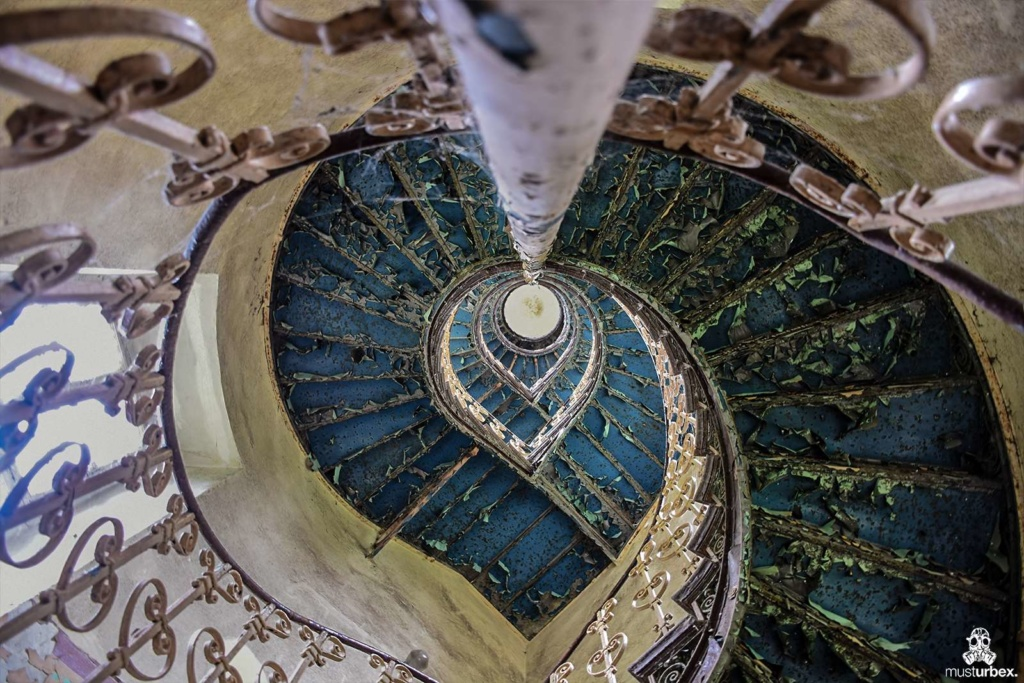 Opuszczony pałac z niebieskimi schodami urbex musturbex abandoned Palace with blue stairs Palast mit blauen Treppen Palác s modrými schody klatka schodowa odpadajaca farba niebieska farba błękit poręcz balustrada stopnie wieża