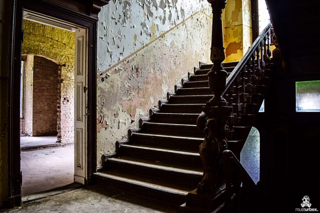 Opuszczony pałac z niebieskimi schodami urbex musturbex abandoned Palace with blue stairs Palast mit blauen Treppen Palác s modrými schody klatka schodowa poręcz balustrada cegły