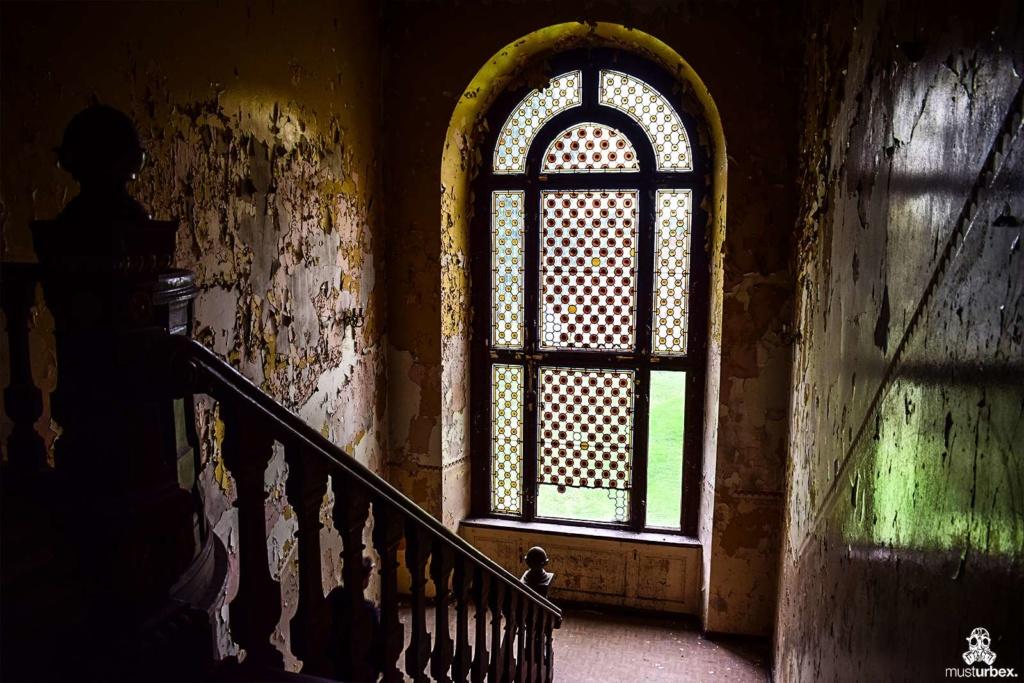 Opuszczony pałac z niebieskimi schodami urbex musturbex abandoned Palace with blue stairs Palast mit blauen Treppen Palác s modrými schody witraże zdobienia okna klatka schodowa