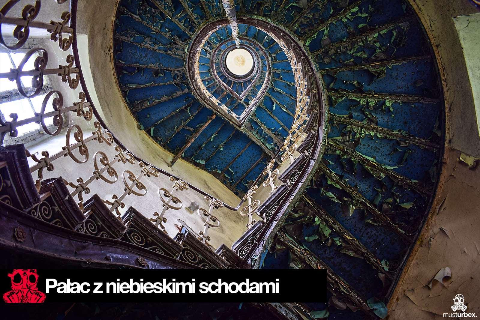 Opuszczony pałac z niebieskimi schodami urbex musturbex abandoned Palace with blue stairs Palast mit blauen Treppen Palác s modrými schody schody klatka schodowa poręcz balustrada