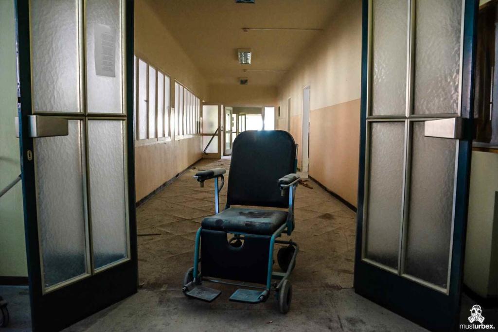 Opuszczony szpital Panorama urbex abandoned Panorama hospital musturbex abandoned Overlook hospital decay verlassenes Krankenhaus Panorama opuštěná nemocnice Panorama opustený nemocničný Panoráma hospital abandonado Panorama wheelchair wózek inwalidzki korytarz przeszklone drzwi creepy