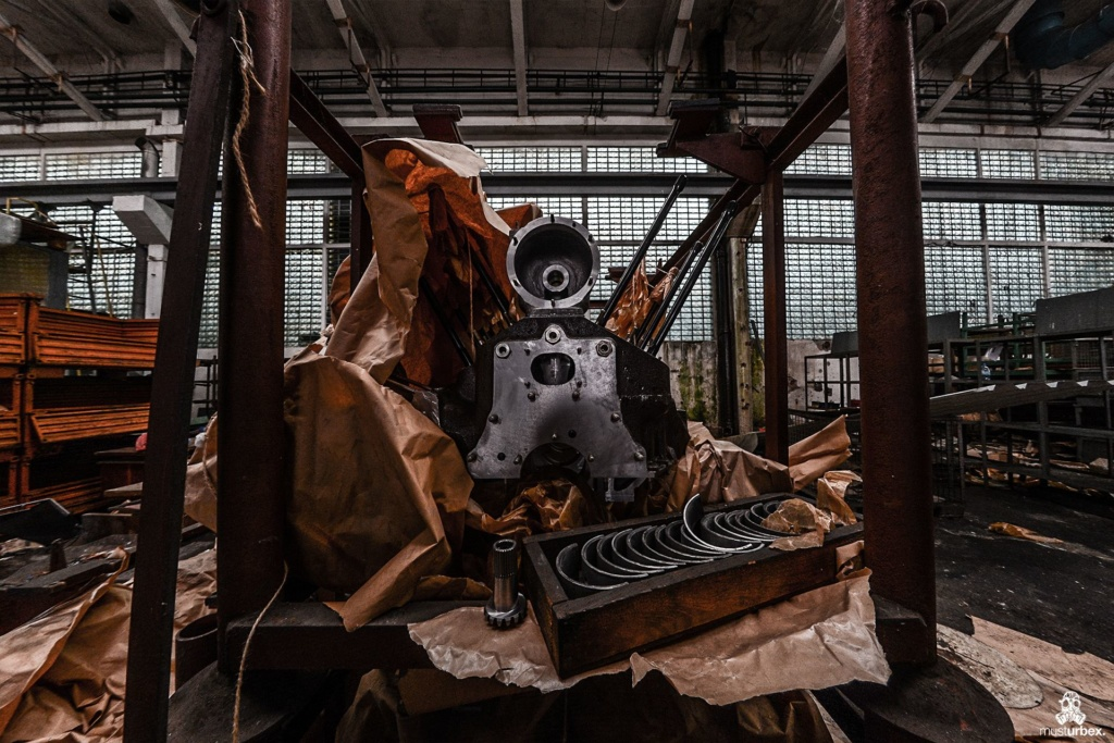 Zakłady mechaniczne URBEX MustUrbex Opuszczone zakłady mechaniczne, abandoned plant, abandoned factory of diesel engines, generating sets, drive units, verlassene Fabrik von Dieselmotoren, Generatoren und Antriebseinheiten, opuštěná továrna dieselových motorů, generátorů a pohonných jednotek, hale, industrial, przemysł, decay, beauty of decay, rotten place, abandoned place, verlassene orte, urbex photography, Verfall, silnik do czołgu