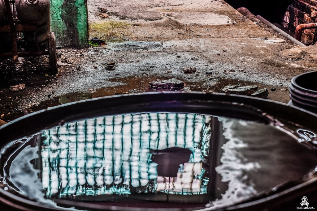 Zakłady mechaniczne URBEX MustUrbex Opuszczone zakłady mechaniczne, abandoned plant, abandoned factory of diesel engines, generating sets, drive units, verlassene Fabrik von Dieselmotoren, Generatoren und Antriebseinheiten, opuštěná továrna dieselových motorů, generátorů a pohonných jednotek, hale, industrial, przemysł, decay, beauty of decay, rotten place, abandoned place, verlassene orte, urbex photography, Verfall, odbicie luksfery w beczce po oleju