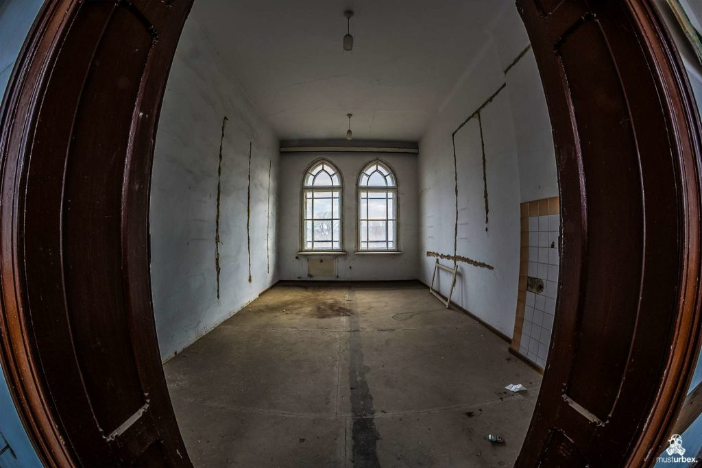Pałac Lebensborn, Lebensborn palace, Schloss Lebensborn, Palác Lebensborn, Lebensborn Palast, abandoned mansion, chateau Lebensborn, opuszczony pałac, zamek, urbex, musturbex, architecture, urbex photography, urbex world,abandoned place,urban explorer,urban exploration,decay,abandoned, exploration,europe exploration,urbex people,lostplaces,beauty in decay,forgotten,forgotten place,forgotten places,abandoned places,opuszczone miejsca,urban exploration polska,urbex, urbex polska,urbexfotografia, urbex foto,urbex photo,rotten place,Verfall, the Aryan race, architektura, neogotyk, styl neogotycki, wnętrza, pomieszczenia, okna