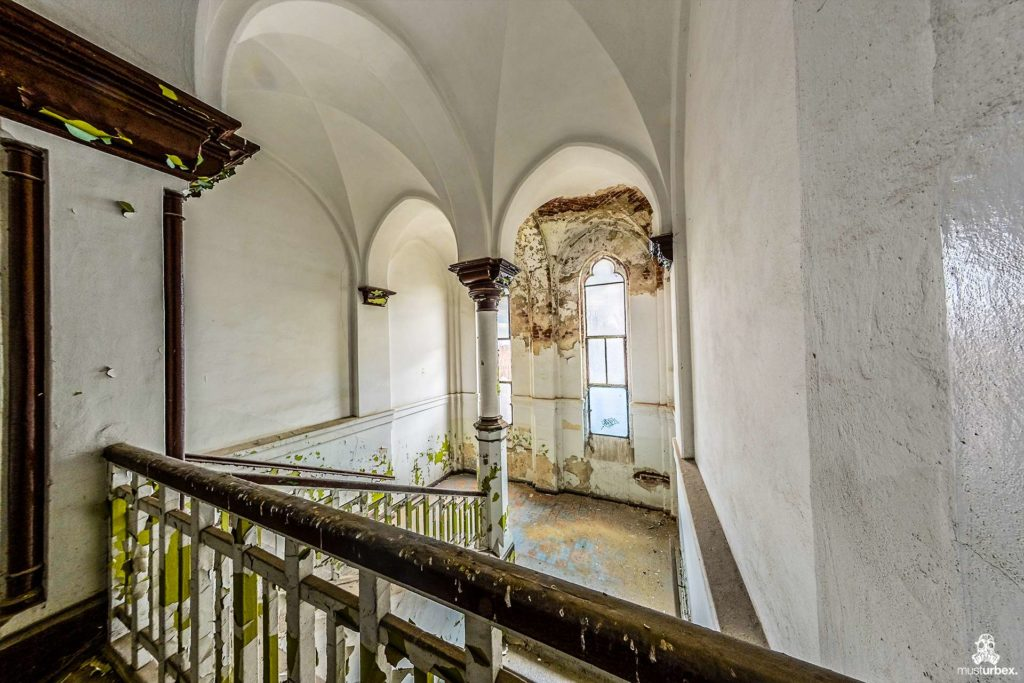 Pałac Lebensborn, Lebensborn palace, Schloss Lebensborn, Palác Lebensborn, Lebensborn Palast, abandoned mansion, chateau Lebensborn, opuszczony pałac, zamek, urbex, musturbex, architecture, urbex photography, urbex world,abandoned place,urban explorer,urban exploration,decay,abandoned, exploration,europe exploration,urbex people,lostplaces,beauty in decay,forgotten,forgotten place,forgotten places,abandoned places,opuszczone miejsca,urban exploration polska,urbex, urbex polska,urbexfotografia, urbex foto,urbex photo,rotten place,Verfall, the Aryan race, architektura, neogotyk, styl neogotycki, schody, klatka schodowa, odpadająca farba, farba olejna, balustrady, filary