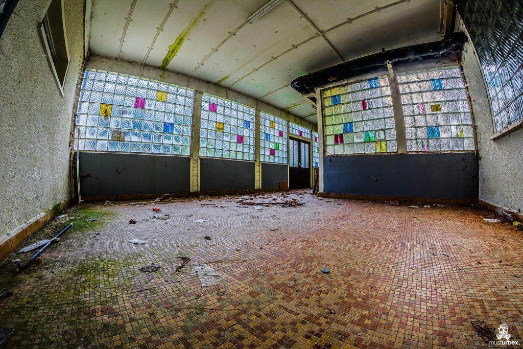 Hotel Biosphere URBEX, musturbex, opuszczony hotel Biosphere, hotel Biosfera, abandoned hotel, erholungsheim. dom dla pracowników zakładu, opuszczony dom wczasowy, ośrodek wakacyjny, dom wakacyjny, korytarz, luksfery