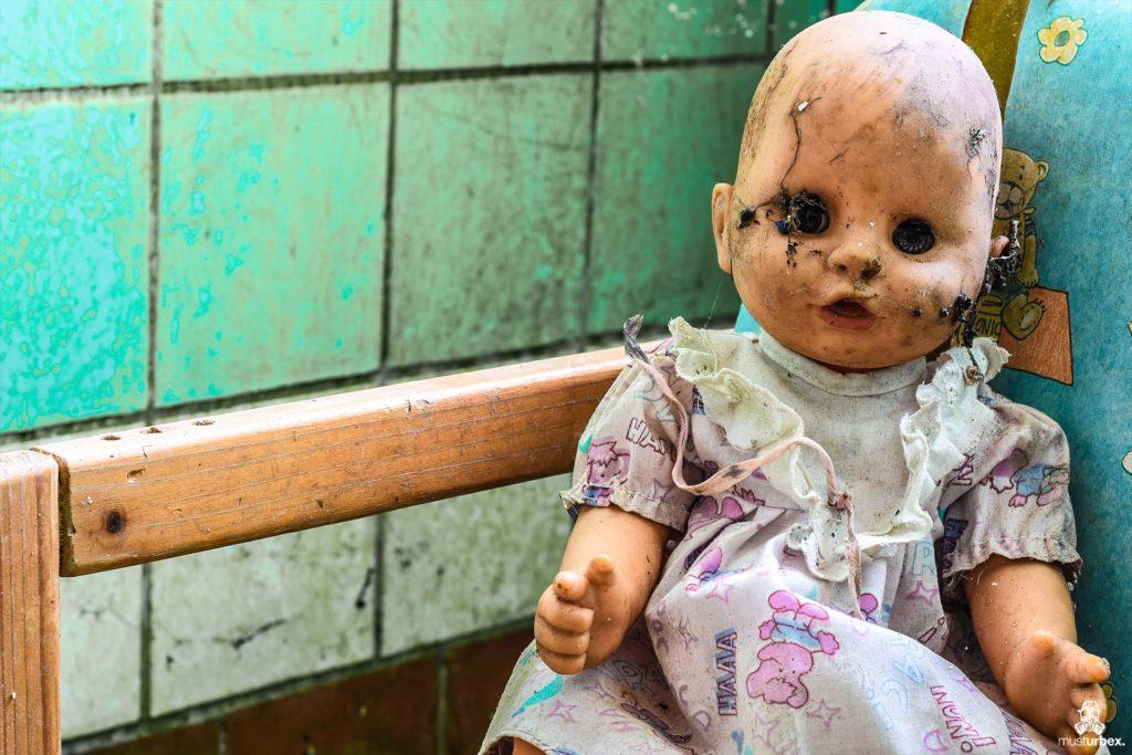 Hotel Biosphere URBEX, musturbex, opuszczony hotel Biosphere, hotel Biosfera, abandoned hotel, erholungsheim. dom dla pracowników zakładu, opuszczony dom wczasowy, ośrodek wakacyjny, dom wakacyjny, lalka, doll, creepy doll, Puppe, terrifying doll, scary doll